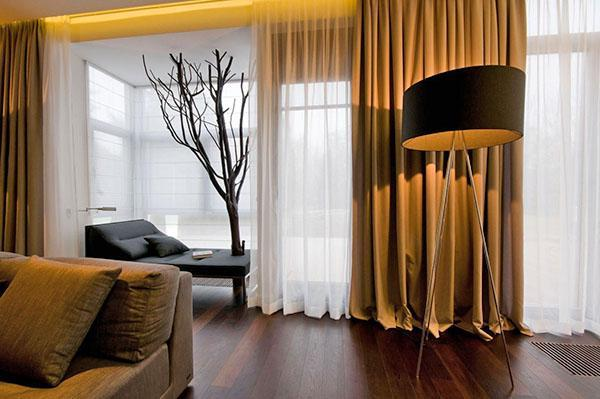 тяжелые занавески в интерьере гостиной