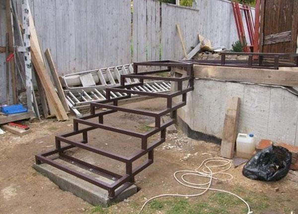 монтаж крыльца и лестницы из металла