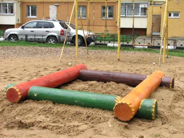 простая песочница из бревен