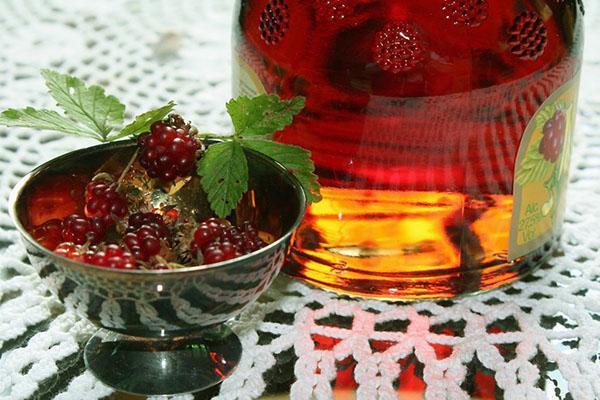 свежие ягоды княженики и напиток