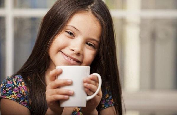 девочка пьет сок из княженики