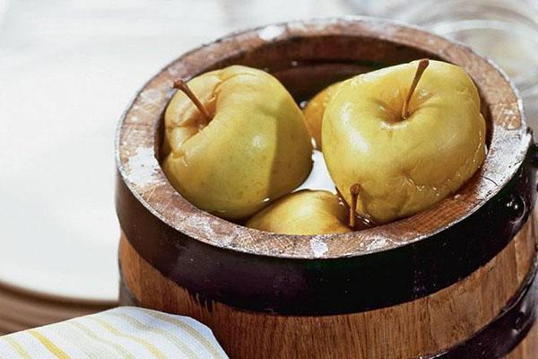 моченые яблоки в бочке