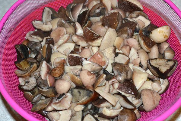процедить отваренные грибы