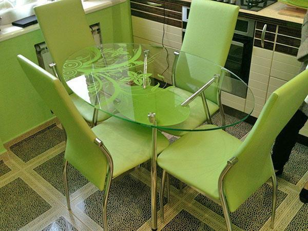 удобный стол и стулья