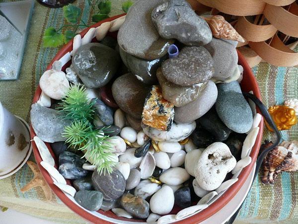 декорирование фонтана камушками и ракушками