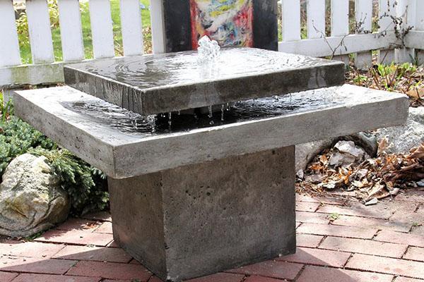 бетонный фонтан из плоских чаш