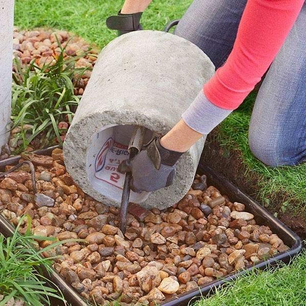 установка бетонного камня на трубу насоса
