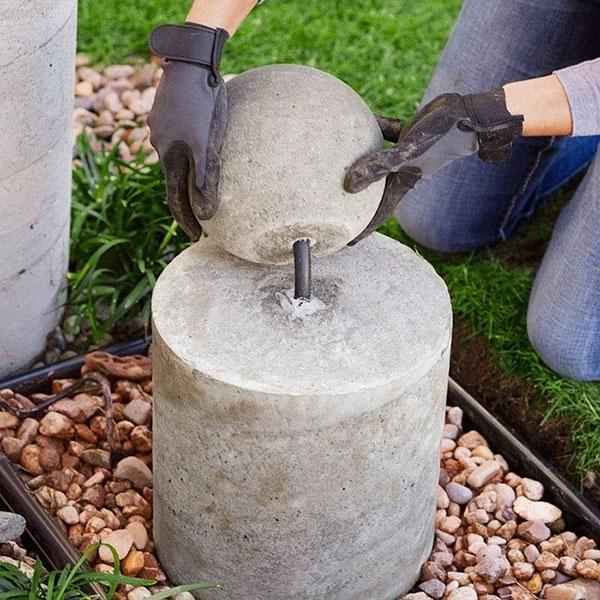 последний этап установки фонтана из бетонного шара
