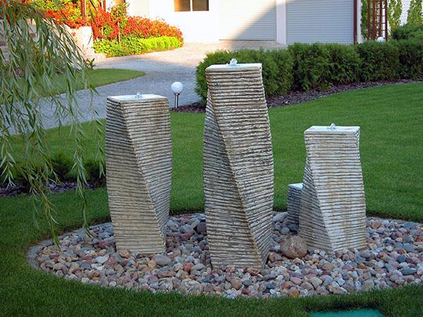 композиция из фонтанов в саду
