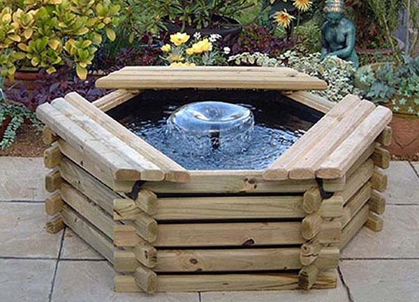 фонтан в корпусе из дерева