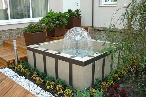 фонтан у центрального входа