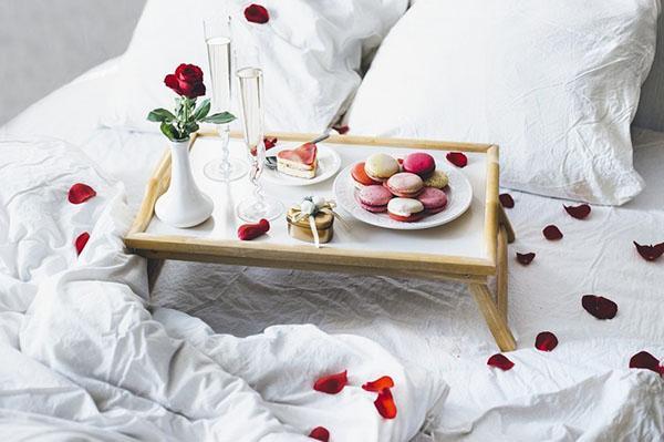 кроватный столик