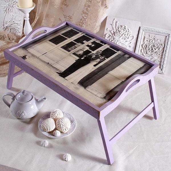 поверхность столика с фотографией