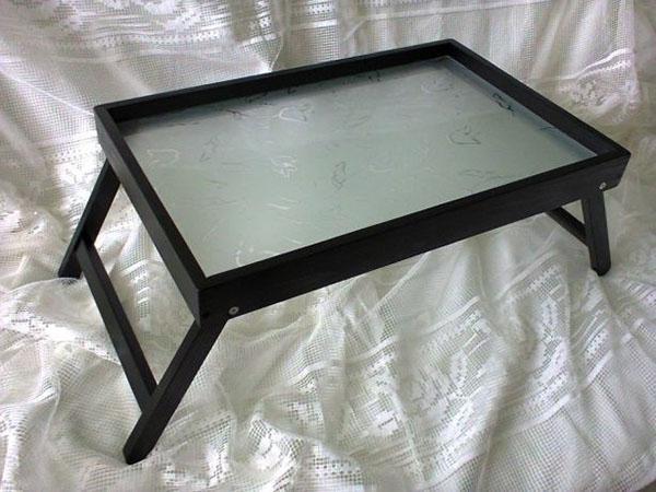 стеклянная поверхность столика