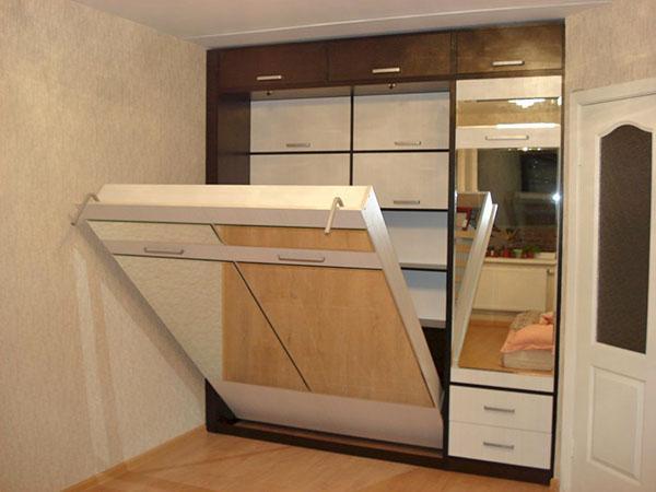 зеркальная поверхность шкафа-кровати