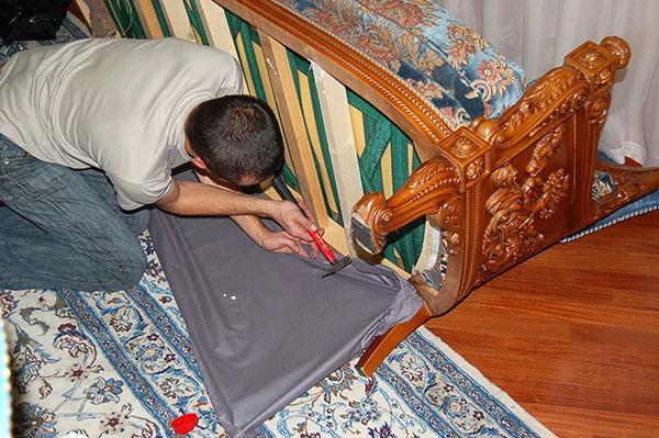 самостоятельная перетяжка старого дивана