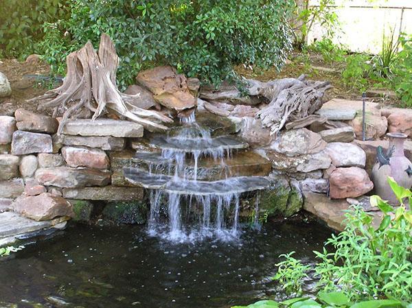 декорированный корягами водопад