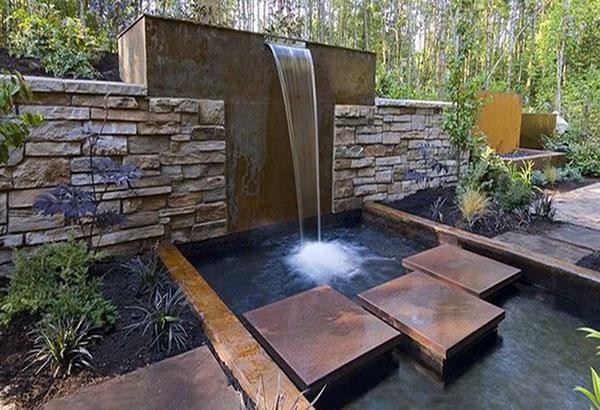 оригинальный водопад как часть забора