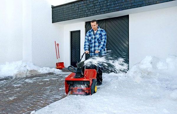 снегоуборщик в работе