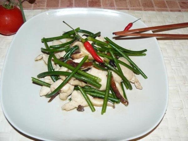салат с курицей и стрелками чеснока