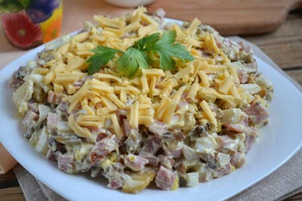 классический рецепт салата с грибами и ветчиной
