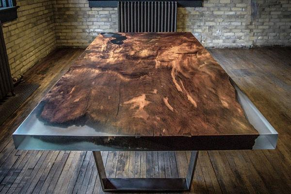 стол из дерева и эпоксидной смолы