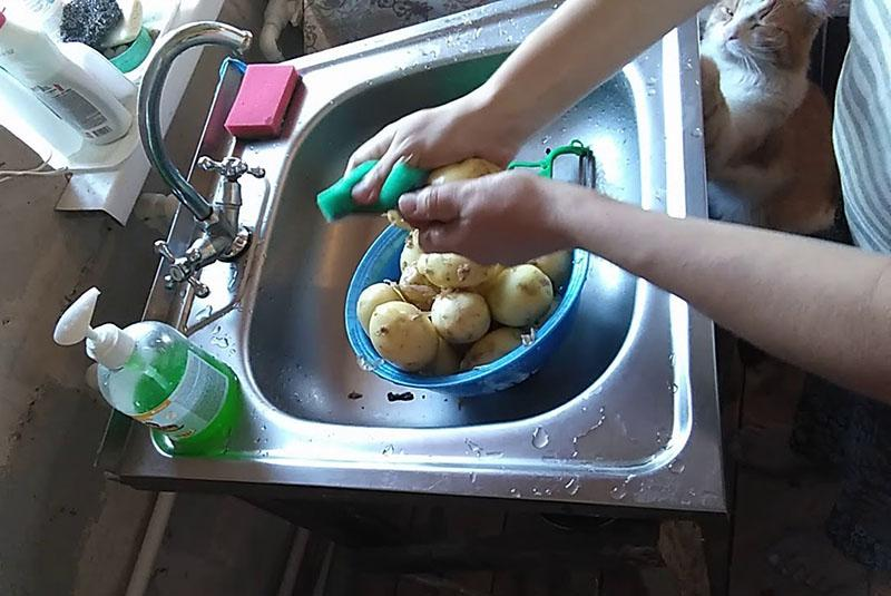 почистить и промыть картофель