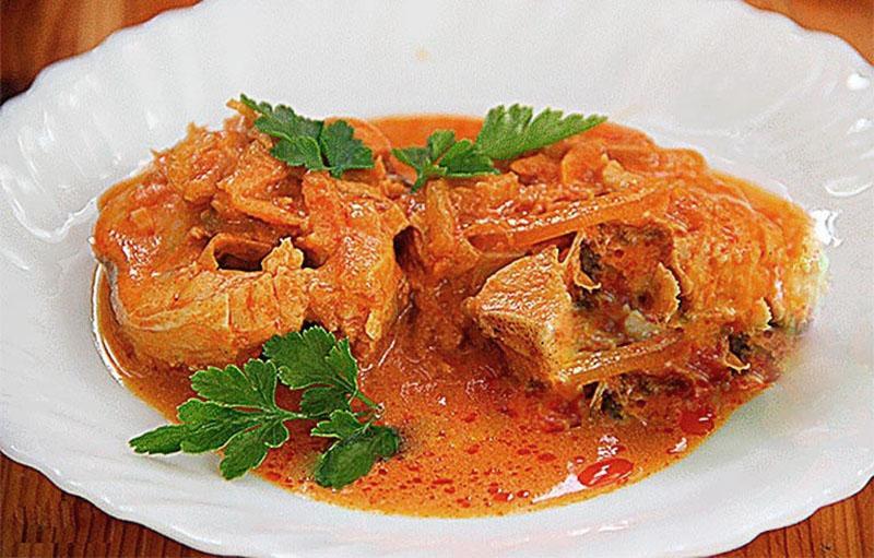 традиционный рецепт тушеного минтая с луком и морковью