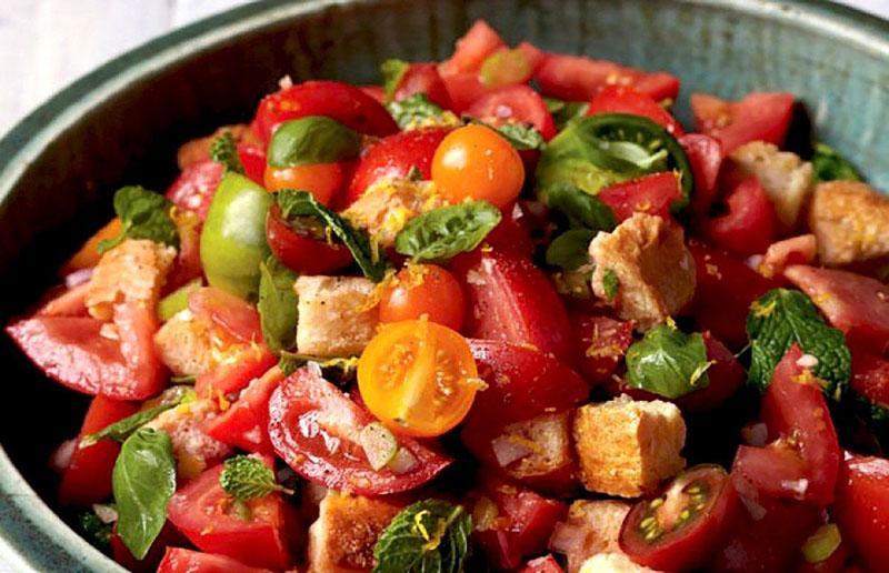 салат из овощей и сухариков