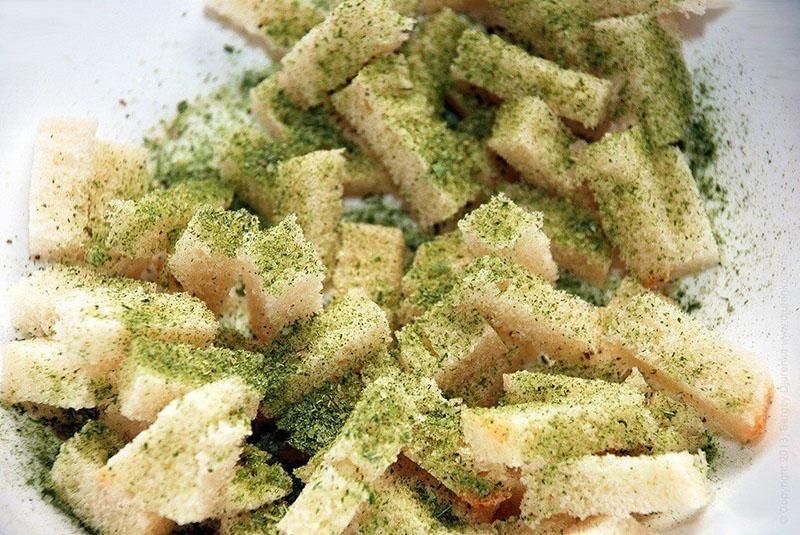 смешать сухарики с зеленью