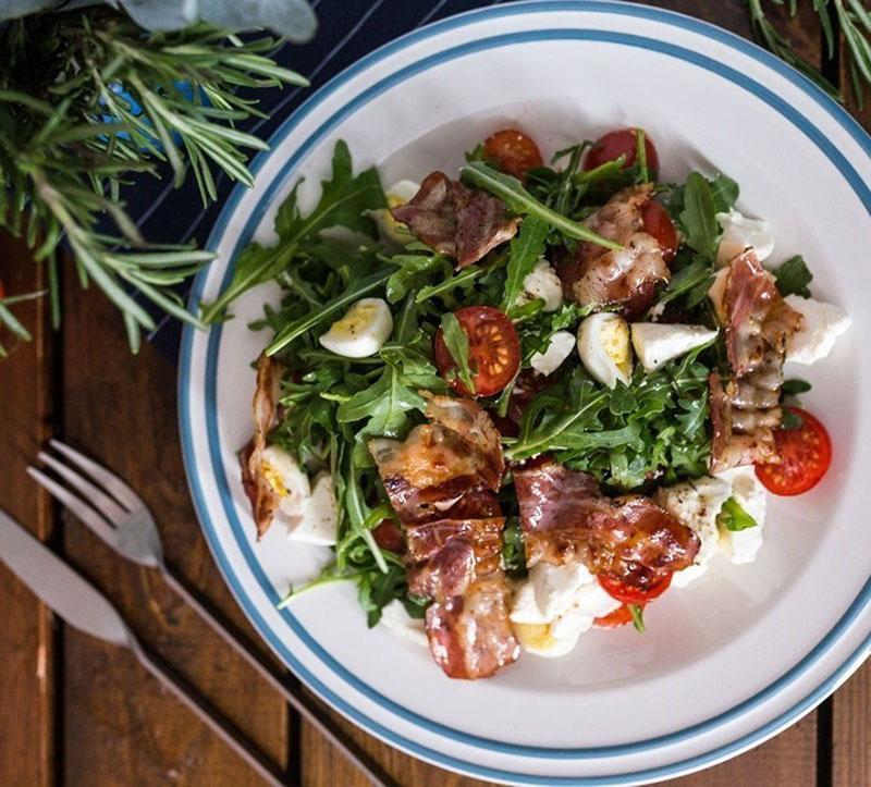 витаминный салат с беконом