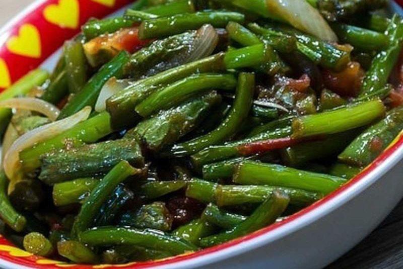 салат из чесночных стрелок с соевым соусом