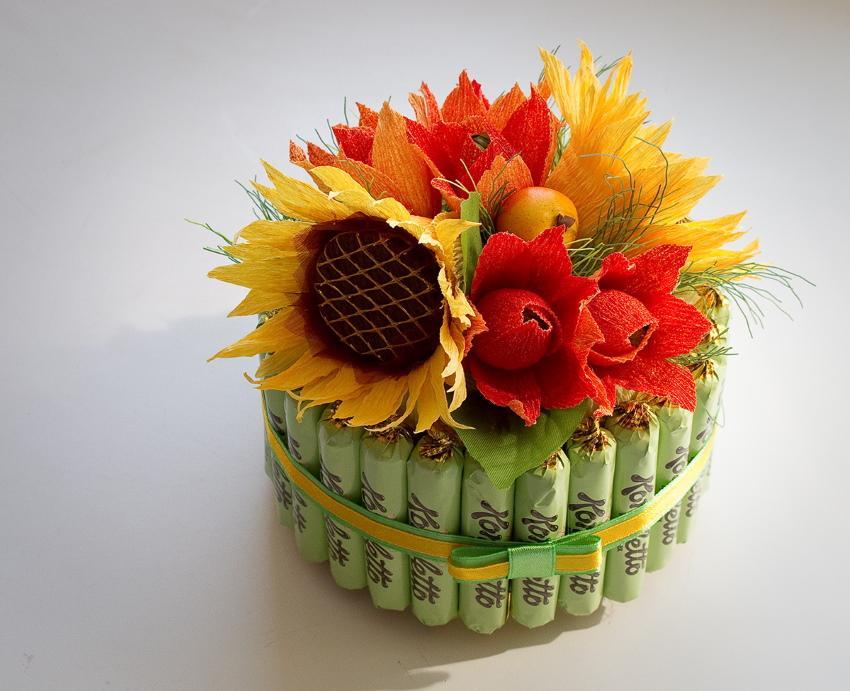 цветы в корзинке из конфет