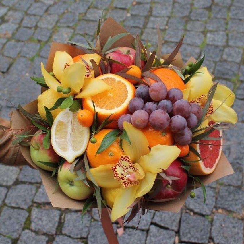 букет из яблок и цитрусовых