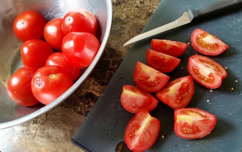 помыть и нарезать помидоры