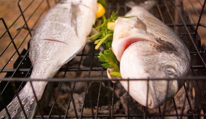 выложить рыбу на решетку