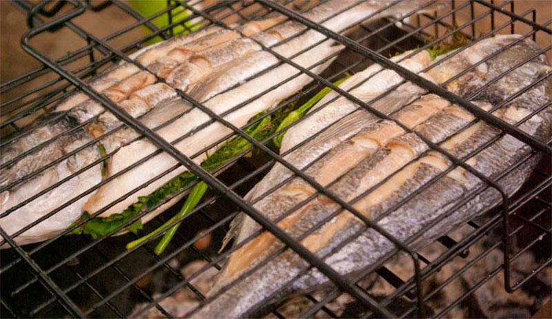 прижать тушки рыбы второй решеткой