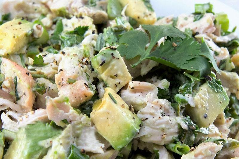 салат из курицы, овощей и фруктов