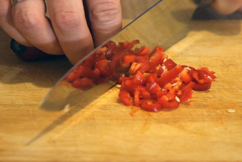 почистить и измельчить перец