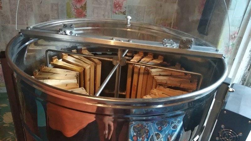 вставить рамки с медом в барабан