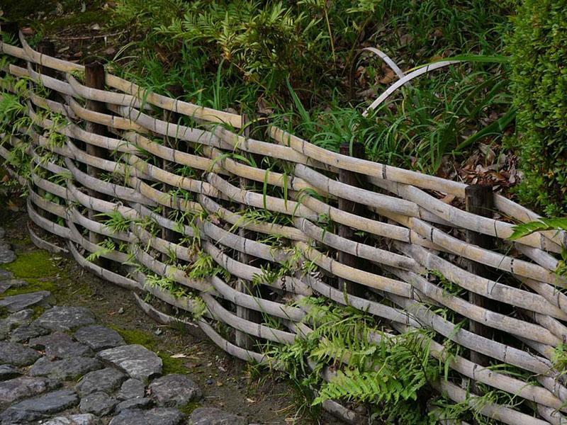 плетеный деревянный забор на дачном участке