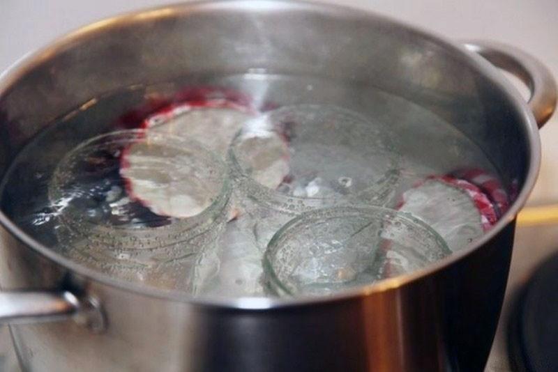 стерилизация банок в кастрюле с воде