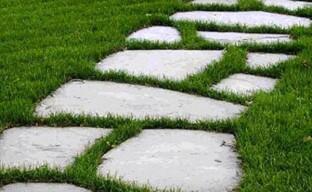 Укладываем газонную шаговую дорожку на дачном участке